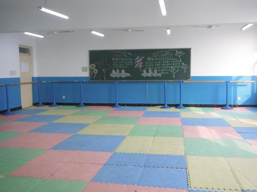 装扮舞蹈教室——勾画新板报图片